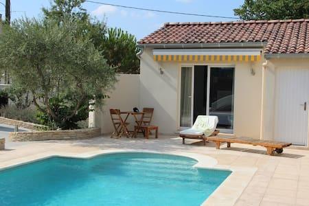 Lovely guest room for 4 in Avignon - Saint-Saturnin-lès-Avignon - Pousada