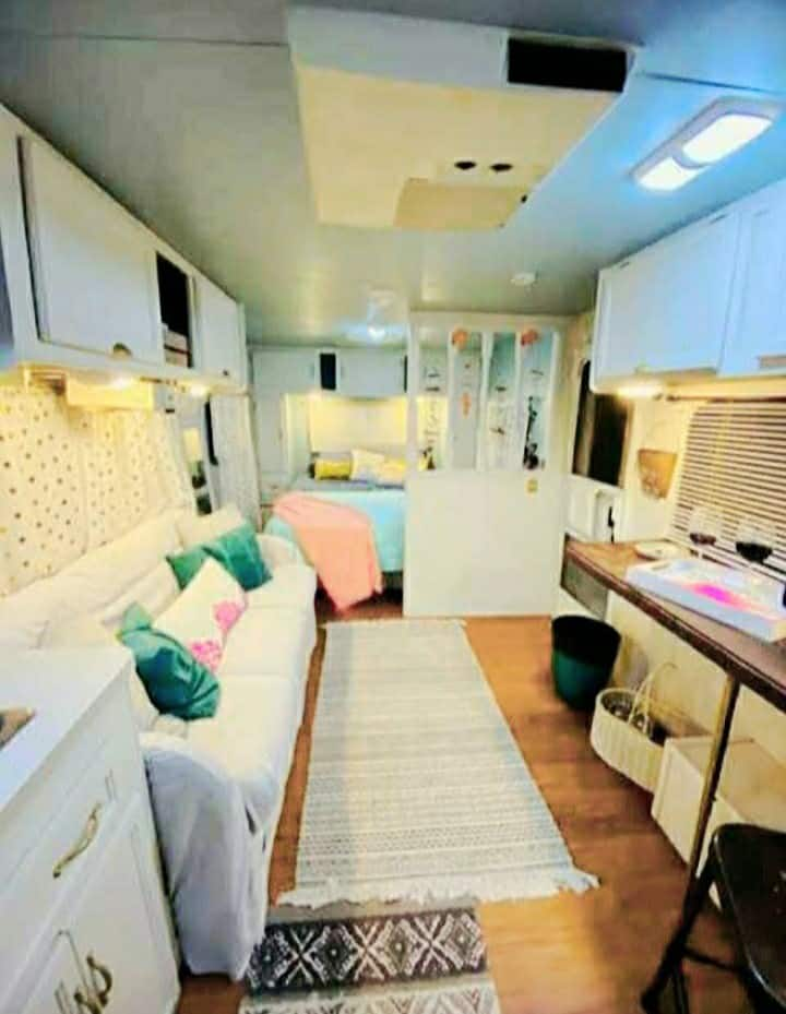"""""""Glamp"""" in 30ft RV 10 min to Derby/ Airport/ Expo!"""