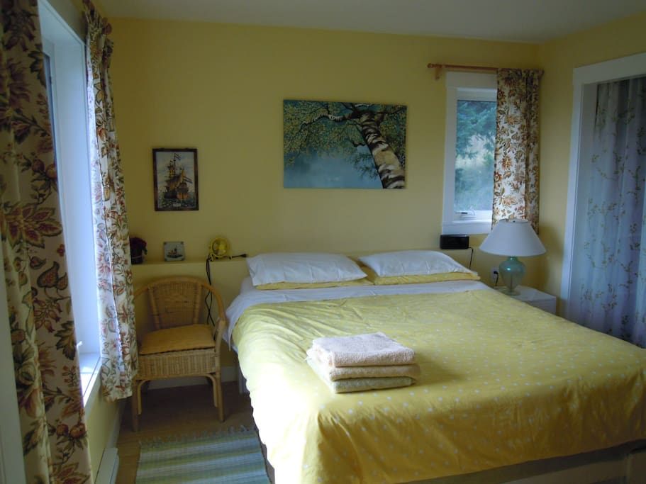 Queenbed in seperate bedroom