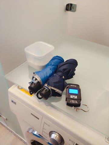 提供雨傘與電子掛秤,方便客人可以事先估算行李的重量