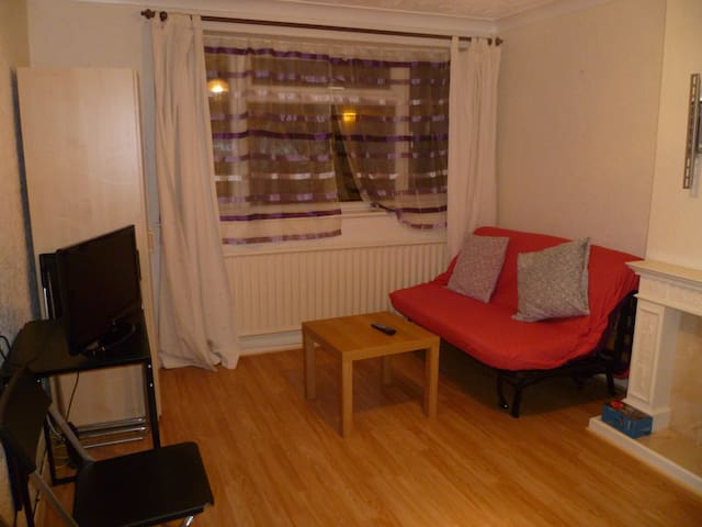 LONDON PRETTY 2BED FLAT, SLEEP 4-10 - Chigwell - Byt