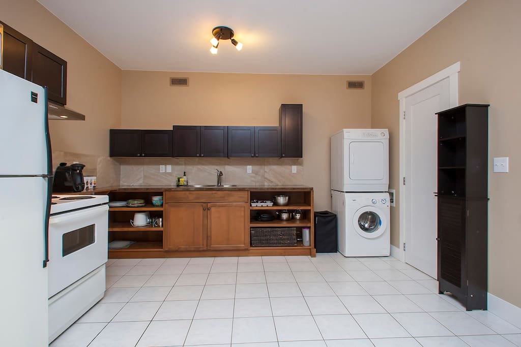 Bachelor suite with washer and dryer and real oven!