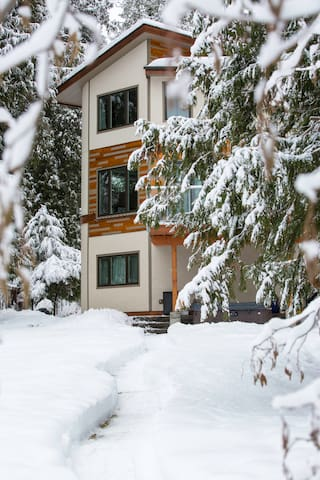 An awesome winter getaway as well with a toboggan hill out back, snow shoeing on the Kettle Valley Railway Trail, Paulson Cross country trails 20 minutes drive away and Red Resorts 55 minute drive away.