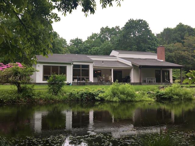 Hudson Valley Hideaway / Large Modern Home w/Pool