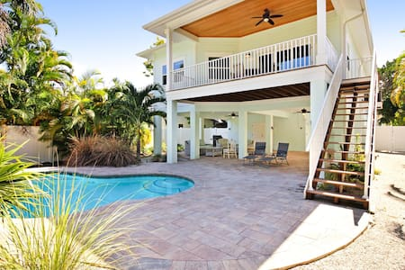 Elevated beach cottage with private pool, short walk from the beach