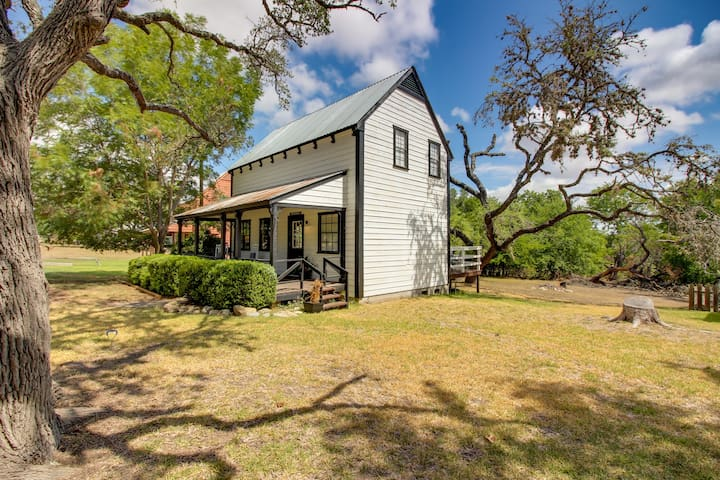 Charming farmhouse w/ shared pool, deck, gas grill - close to wineries & more