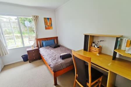 quiet bedroom with extra mattress in Northshore