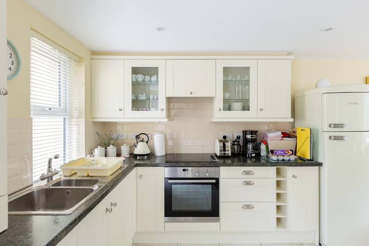Charming House- Ideally located  Free Parking/Wifi