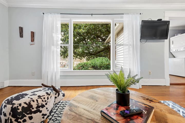 NEW - Darling Digs - Getaway for two -close to attractions and restaurants