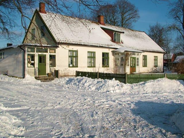 Charmigt dubbelrum i 1800-tals hus. - Ålstorp - Casa