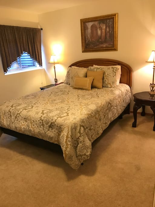 The private bedroom features a pillow-top queen bed with high quality linen and an electric blanket in the winter. There is both a heater and a fan to tailor the temperature to your comfort. Extra pillows are in the large closet.