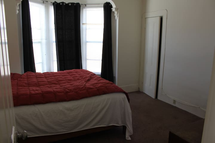 Room in House near Lake Merrit/BART