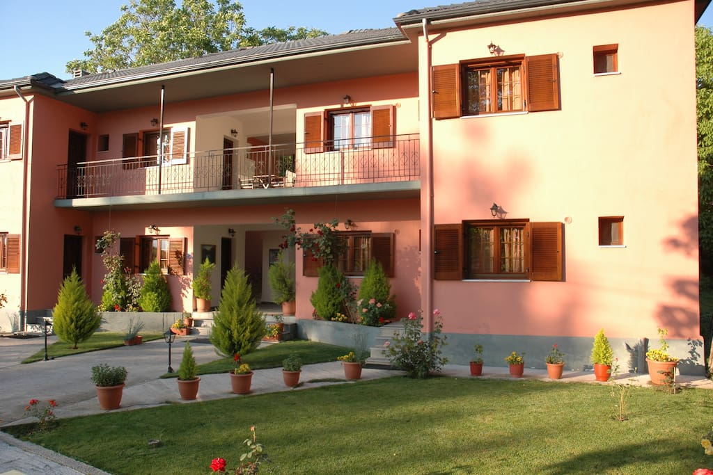 Artemis Apartments Konitsa.   Coffee machine, Refrigerator, Toaster, TV-DVD, Wi-fi Internet, independent heating. Air Conditioning,  TV, Parking, Barbecue
