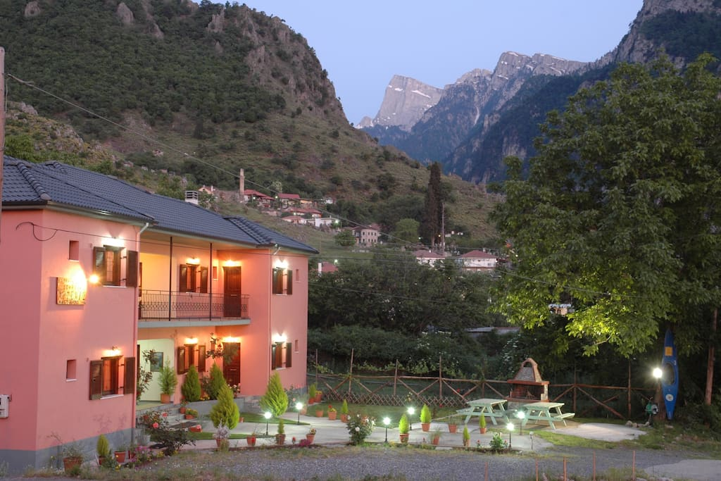 Artemis Apartments Konitsa.   Coffee machine, Refrigerator, Toaster, TV-DVD, Wi-fi Internet, independent heating. Air Conditioning, TV, Parking, Barbecue.