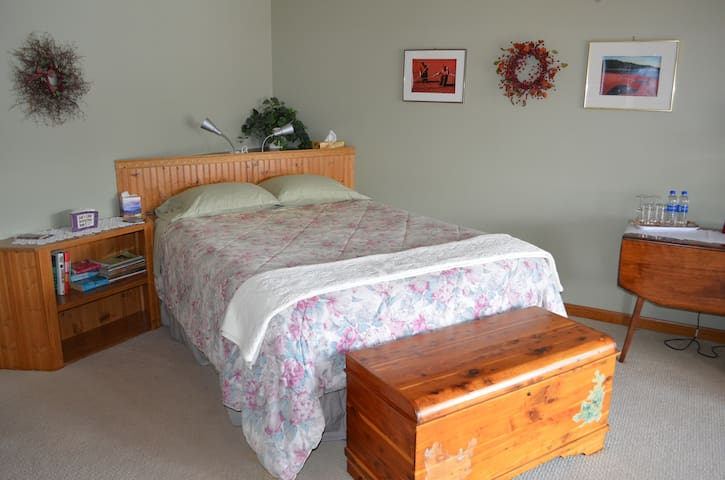 On Cranberry Pond B&B: THE CRANBERRY ROOM
