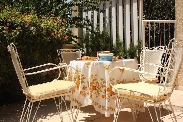 Sunny room: Beach/Centrally located - Limassol - House