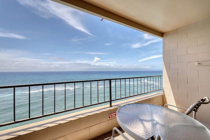 Oceanfront studio w/ a furnished balcony, shared pool, hot tub - walk to beaches