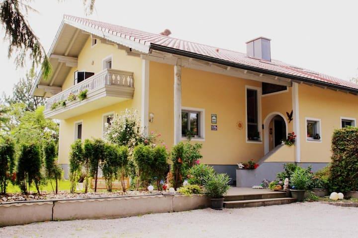Gemütliches Zimmer mit Bad und Balkon