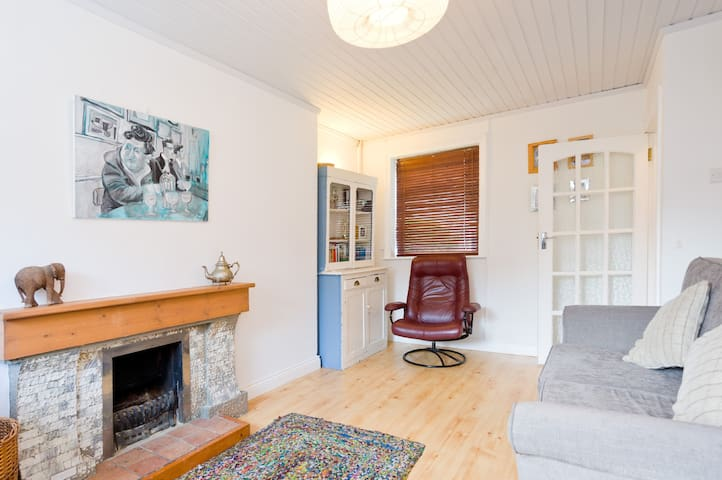 Sunny Cottage with U2 conections - Marino - House
