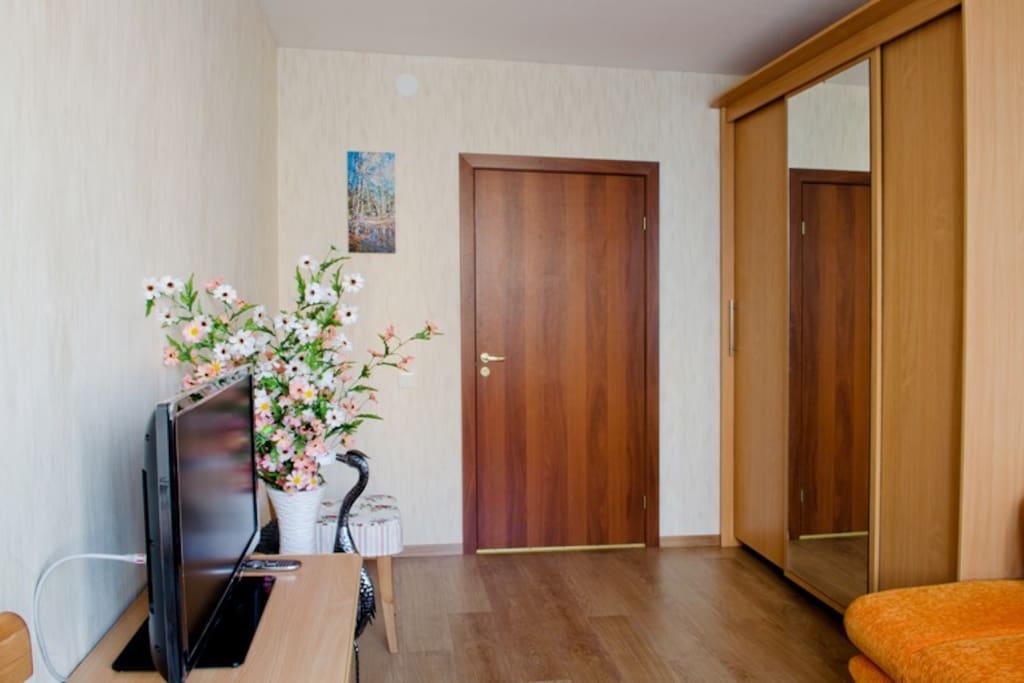 Двухместный номер +1.В номере двухспальный диван-кровать, кресло-кровать, комод, шкаф для одежды, стулья, имеется выход на балкон.