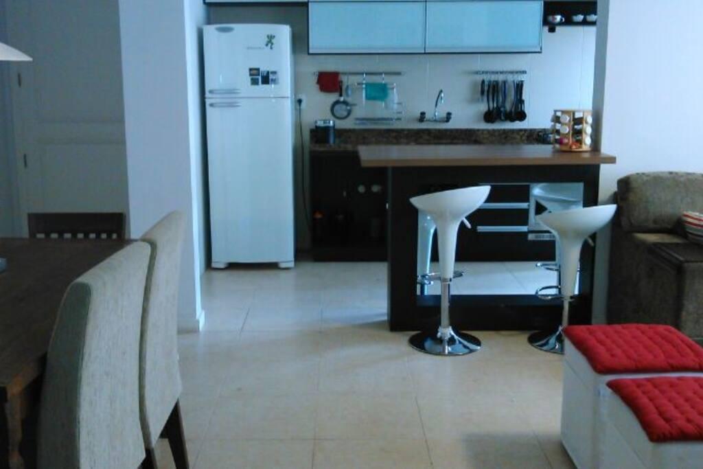 Sala de jantar e cozinha americana