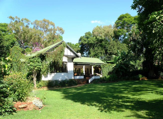 2-roomed suite in family home, lovely garden - Harare - Casa