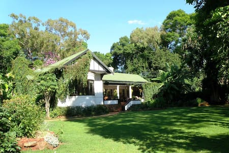 2-roomed suite in family home, lovely garden - Harare - Rumah
