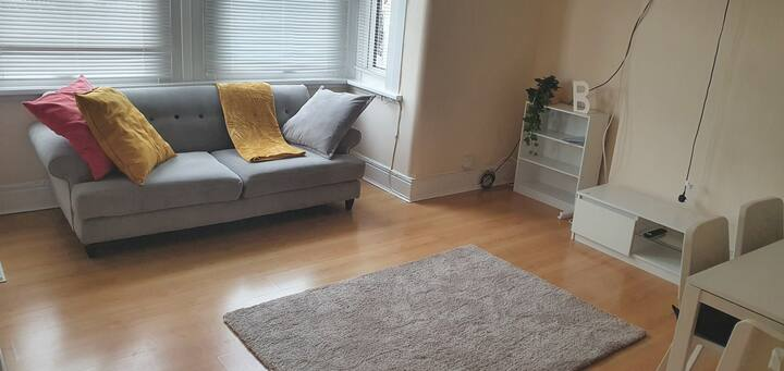 2 bed Apartment with Free Parking and garden