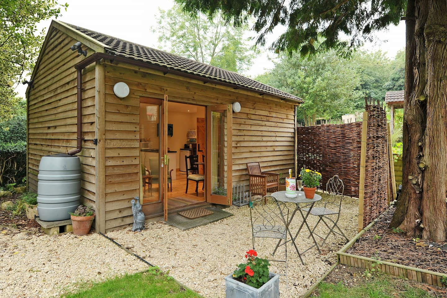 The Garden Room, quiet, with your own entrance and garden space