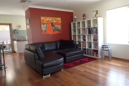 Single room in townhouse on city fringe - Medindie