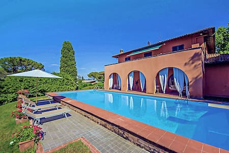 Relax and style in Tuscany by the pool