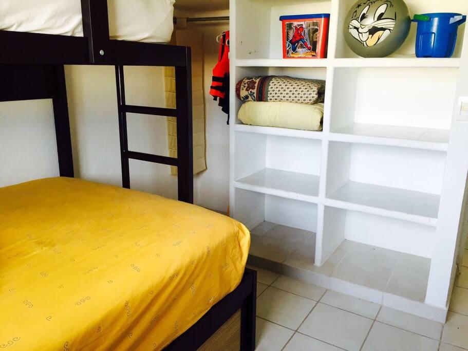Son 3 camas en este cuarto con aire acondicionado y gran espacio para acomodar tú ropa