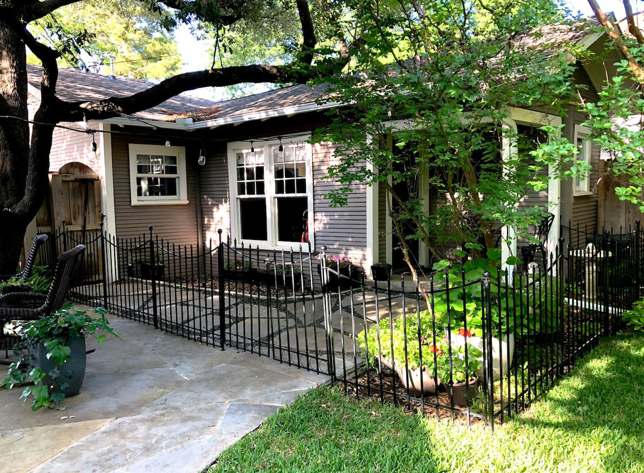 Welcome to your comfortable home away from home,  in our restored, 101-year-old guest house very near downtown and Sundance Square, the museums, Texas Christian University, and West Magnolia Avenue.