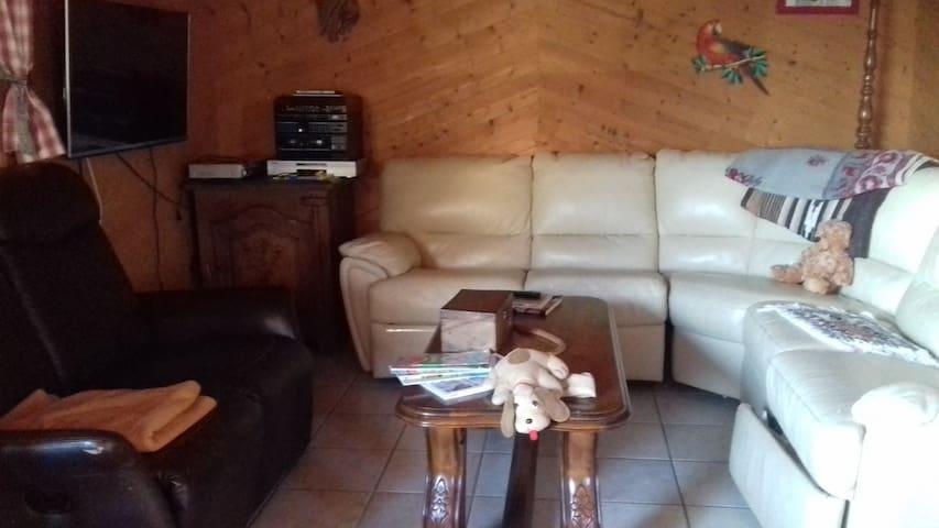 Le coin salon avec télé