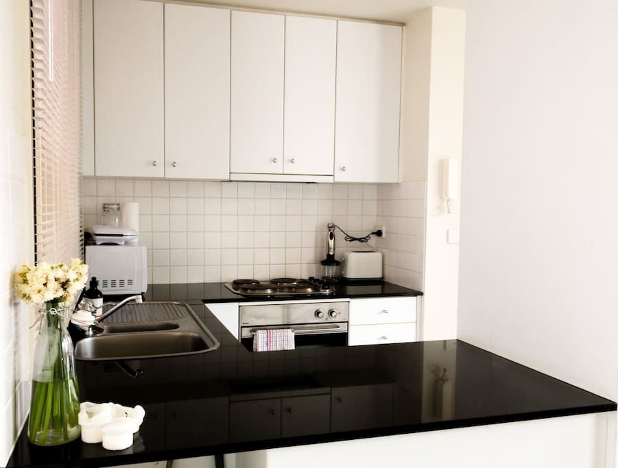 Completely equipped kitchen with lots of space to cook. Everything is provided! Toaster, sandwich maker, multiprocessor!