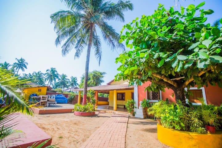 Anjuna Beachview stay for 2 w/garden nr Curlies
