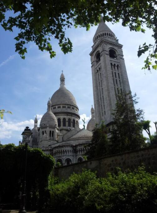 I live 5 minutes walk from the Sacré Coeur Basilica and the overview on Paris