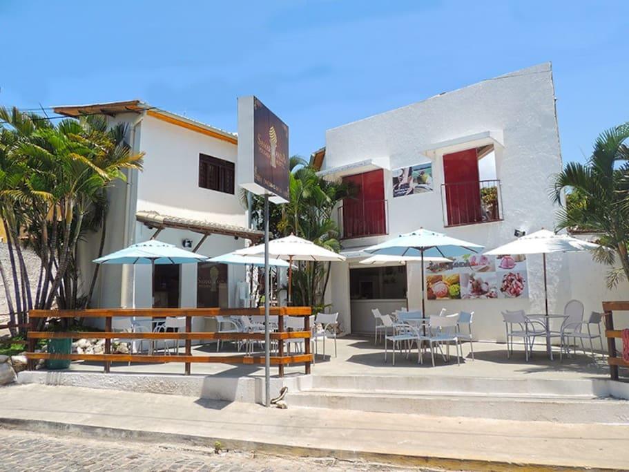Spaziosa piazzetta dove si può bere un drink, e gustarsi un buon gelato.