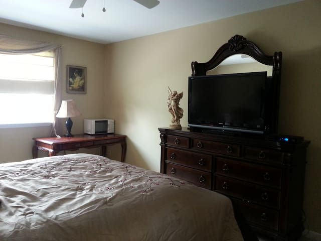 Master Bedroom & Private Bath - Ballston Spa - บ้าน