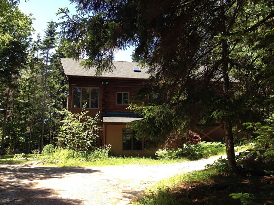 Secluded cabin down a dirt road, central to Bar Harbor, Southwest Harbor and Northeast Harbor.