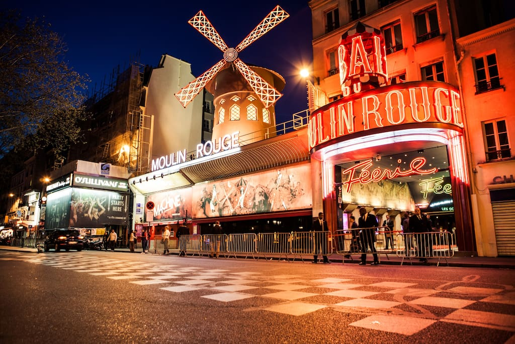 Le moulin Rouge, 15 mn walk from the apartment.
