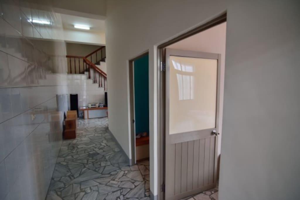 我們居住環境很單純,房間採光一級棒,整齊清潔衛生是我們最堅持的。