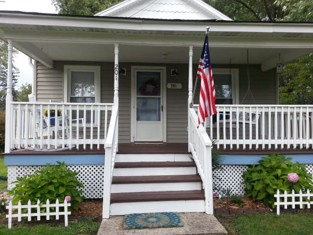 Comfortable,charming 2 bdrm/1 bth updated cottage - Three Oaks - House