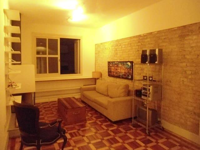 Amplo apartamento no coração da Cidade Baixa