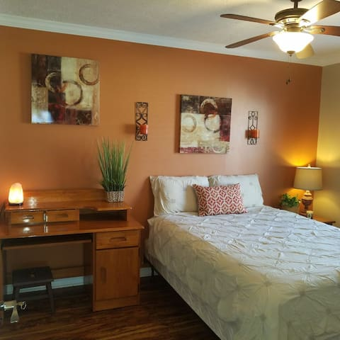 COZY ROOM ONLY 10 MINUTES FROM BEACHES #2