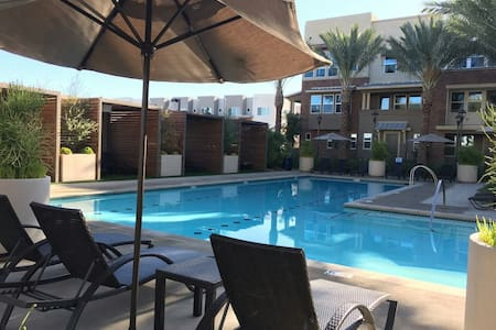 Near Entertainment and Theme Parks - MODERN Condo - Buena Park - Appartement