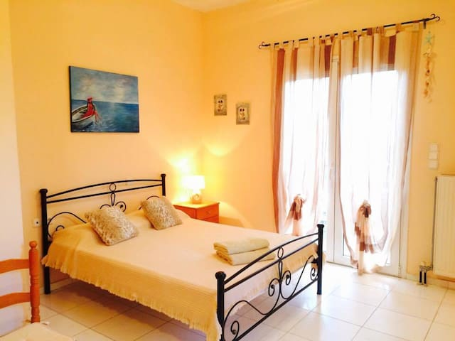 Sunny Studio close to the Beach - Gazi - Apartamento