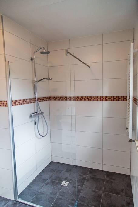 Schöne große Dusche, neu gefliest.