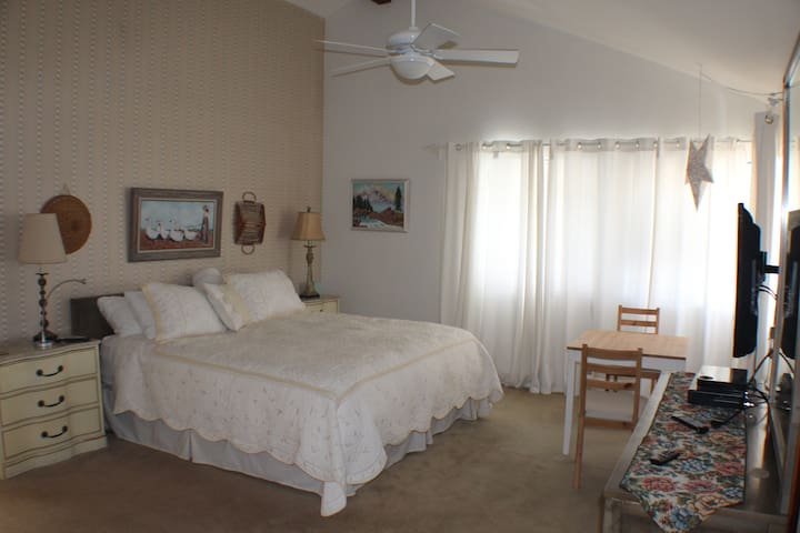 Cal King Suite W Private Bath And Kitchenette Guest Suites For Rent In Huntington Beach