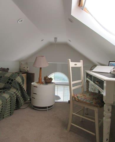 Room 2 (Bedroom/Study)